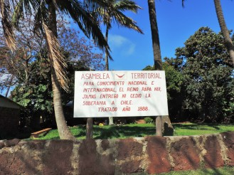 Cartello di fronte alla sede del Parlamento di Rapa Nui